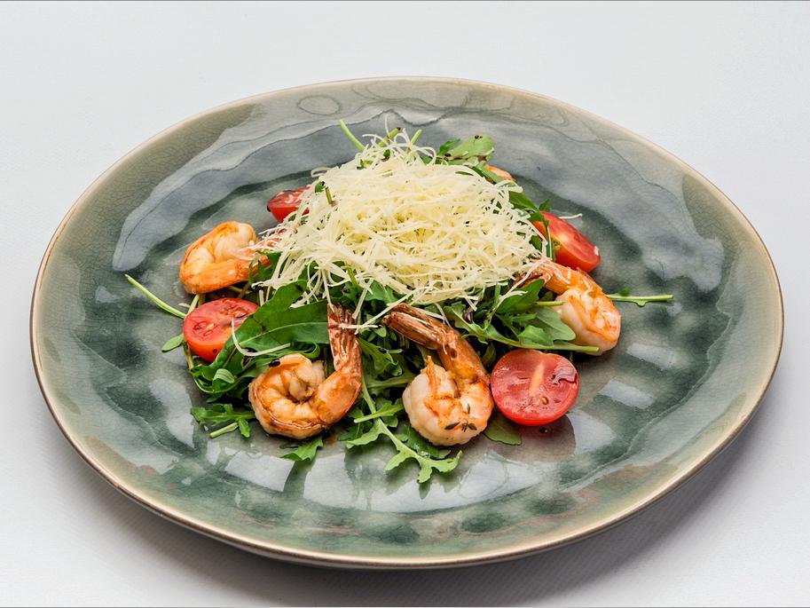 Салат с прошутто и пряной грушей