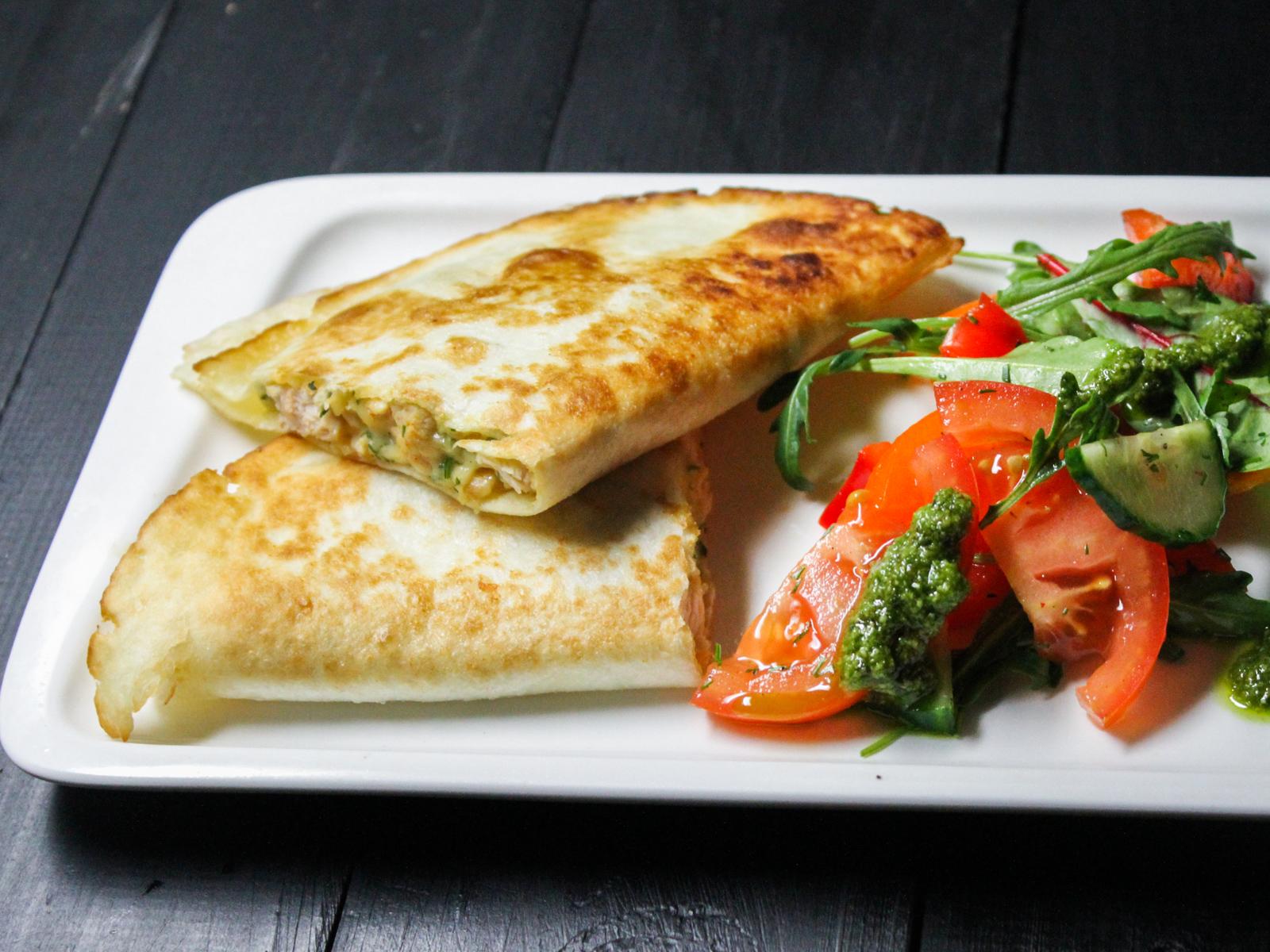 Кесадилья с салатом из свежих овощей