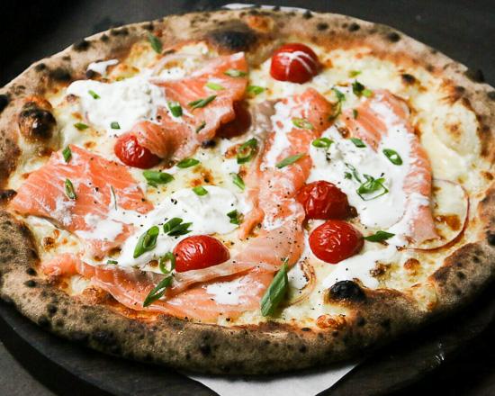 Пицца с лососем и творожным сыром