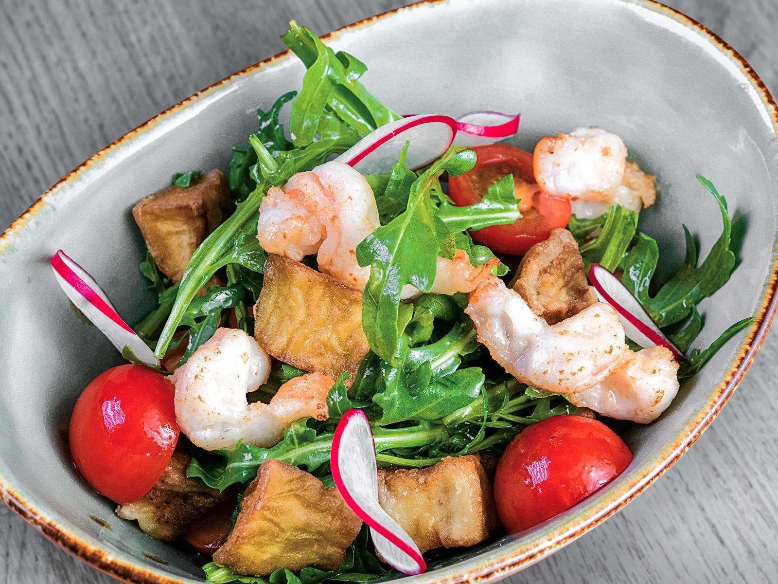 Салат с хрустящими баклажанами, креветками и цитрусовой заправкой