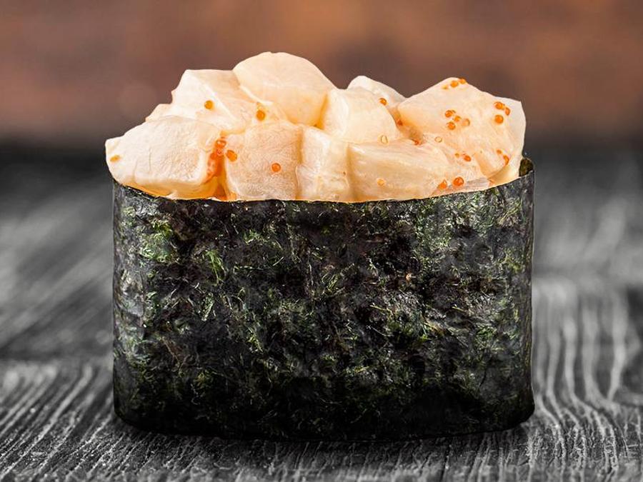 Острые суши с морским гребешком