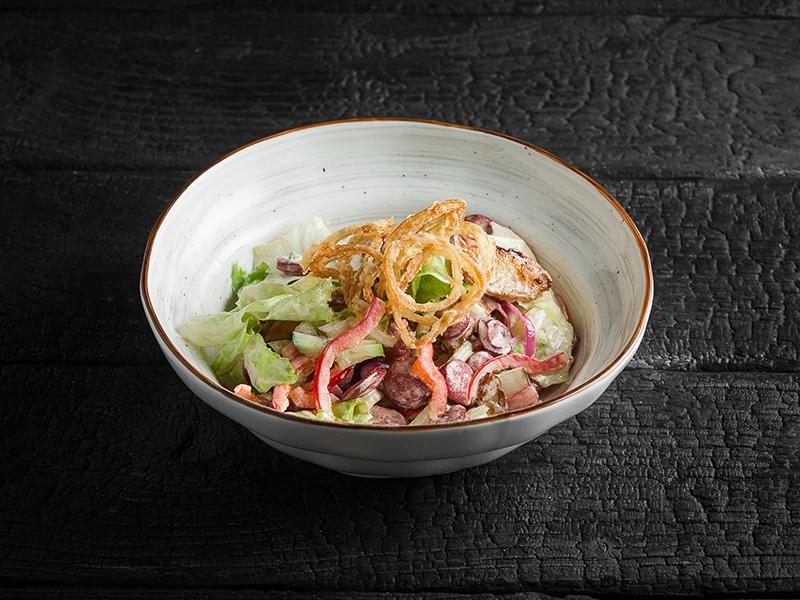 Салат Теплый с копчеными колбасками и картофелем айдахо