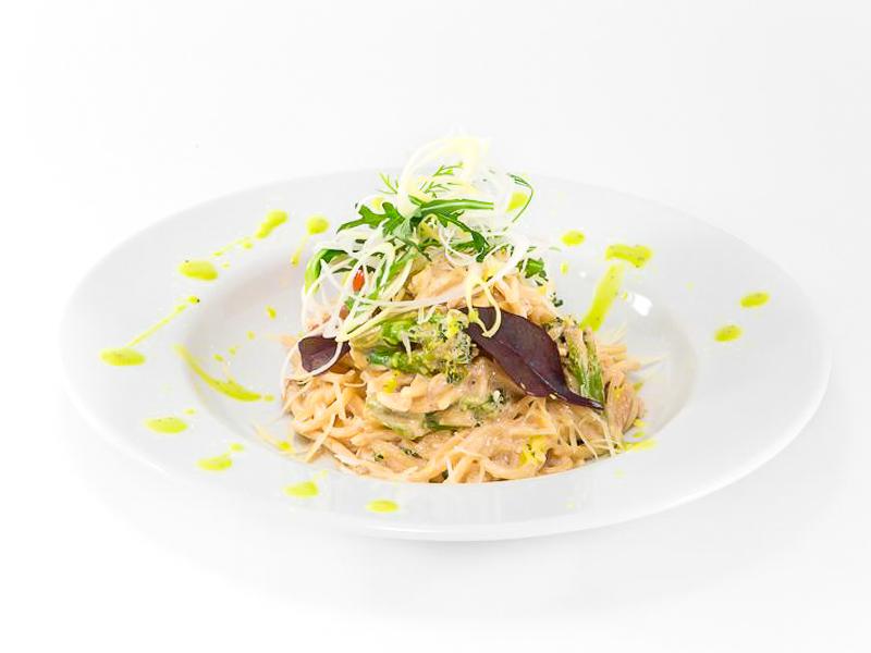 Спагетти с семгой и брокколи со сливками
