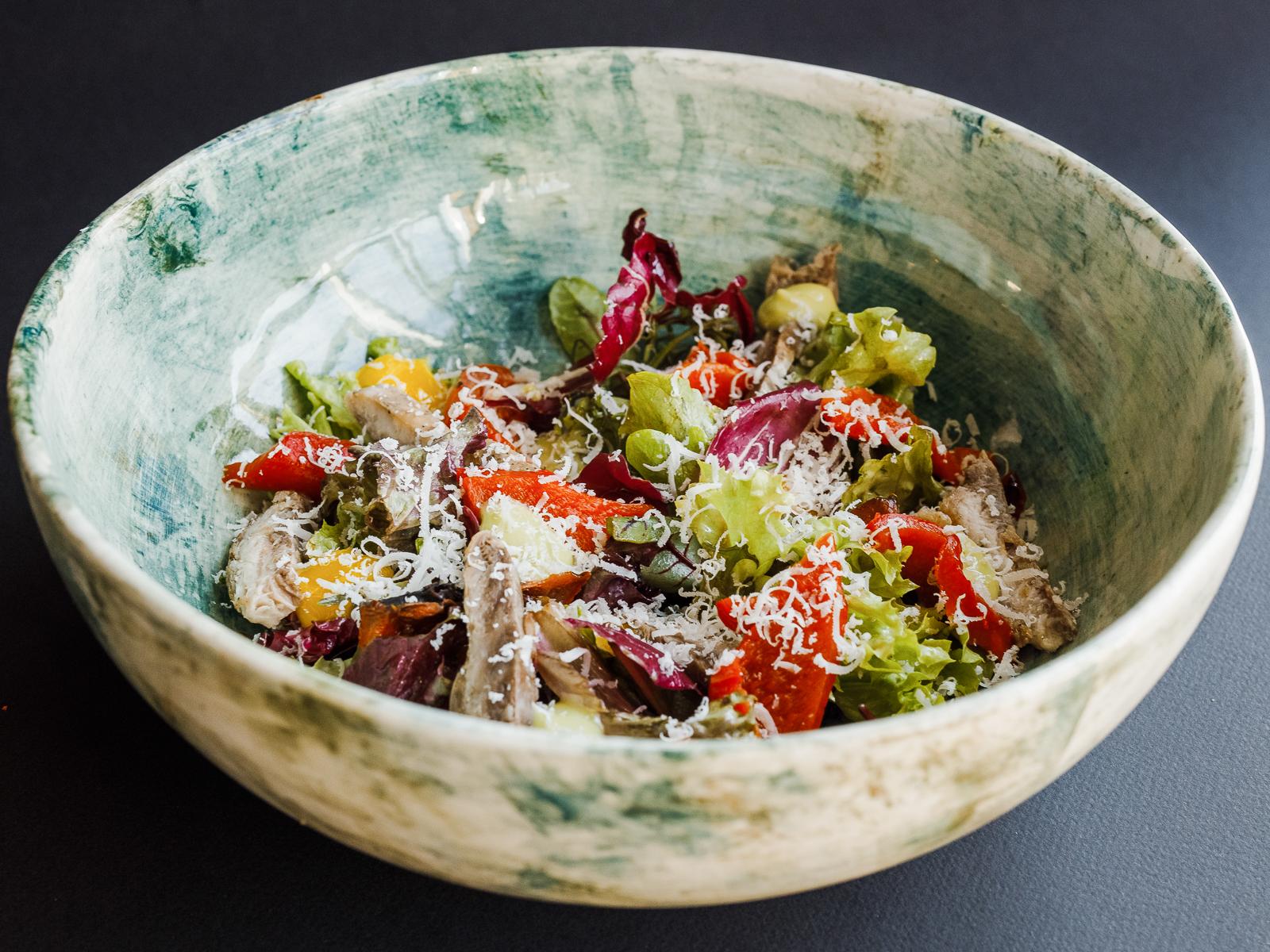 Салат с копченой кефалью, укропным майонезом и маринованным перцем