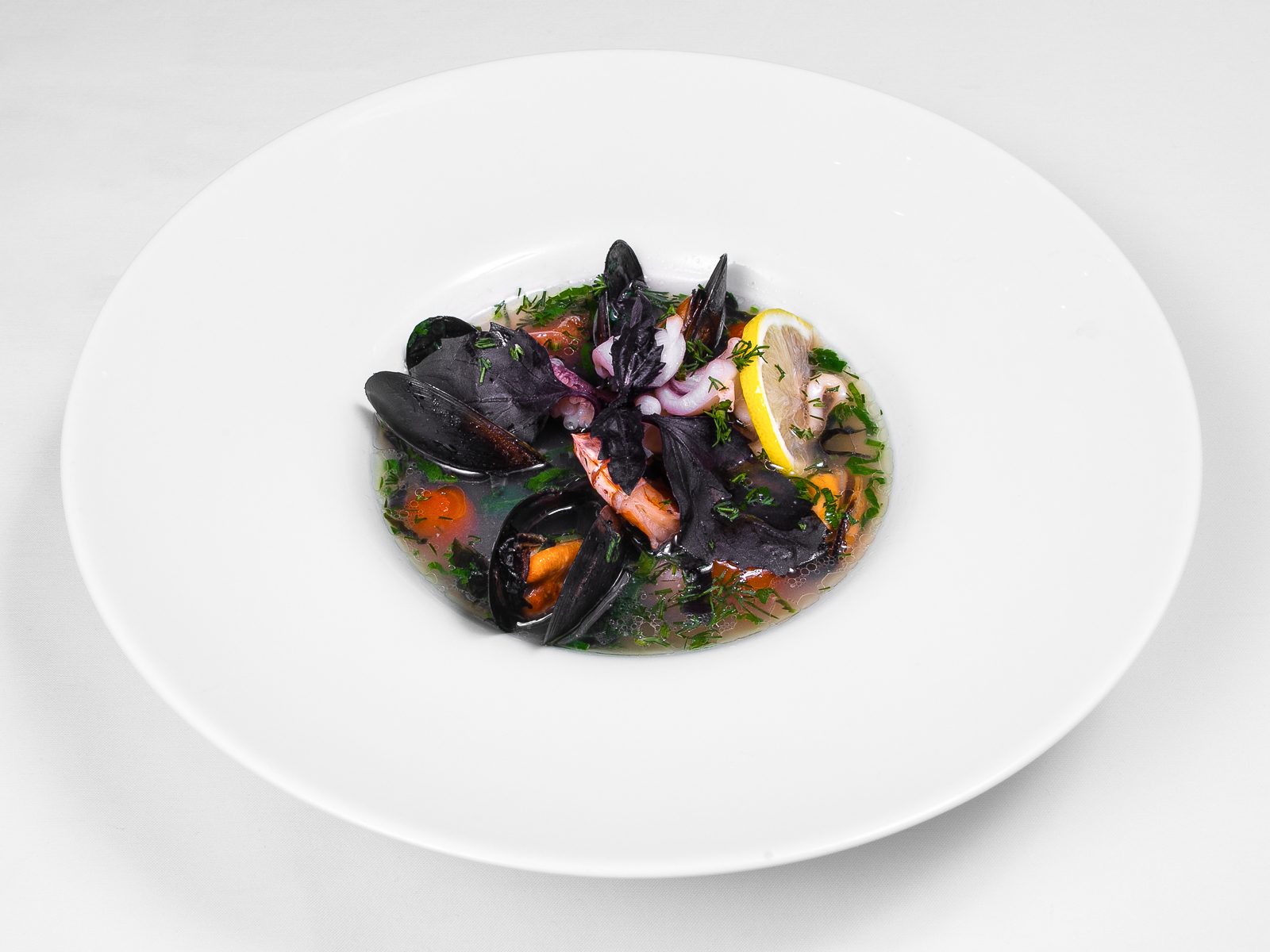 Суп с морепродуктами и помидорами черри