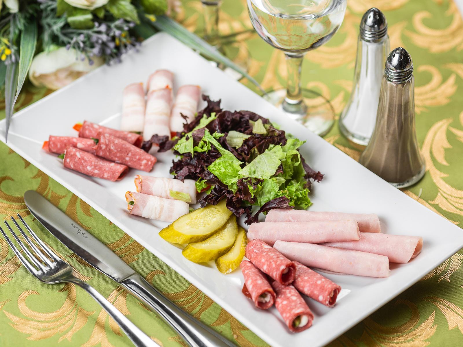 Ассорти колбасных рулетов со сливочным сыром
