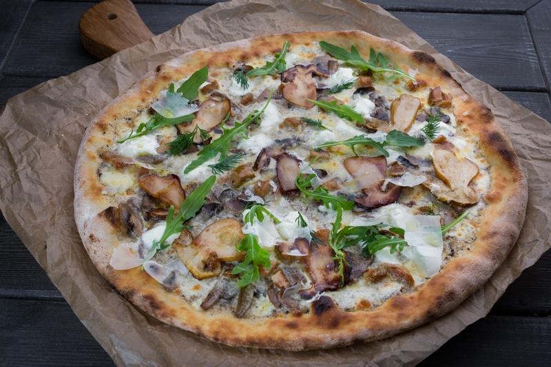 Пицца грибная с ароматом трюфеля и тремя белыми сырами