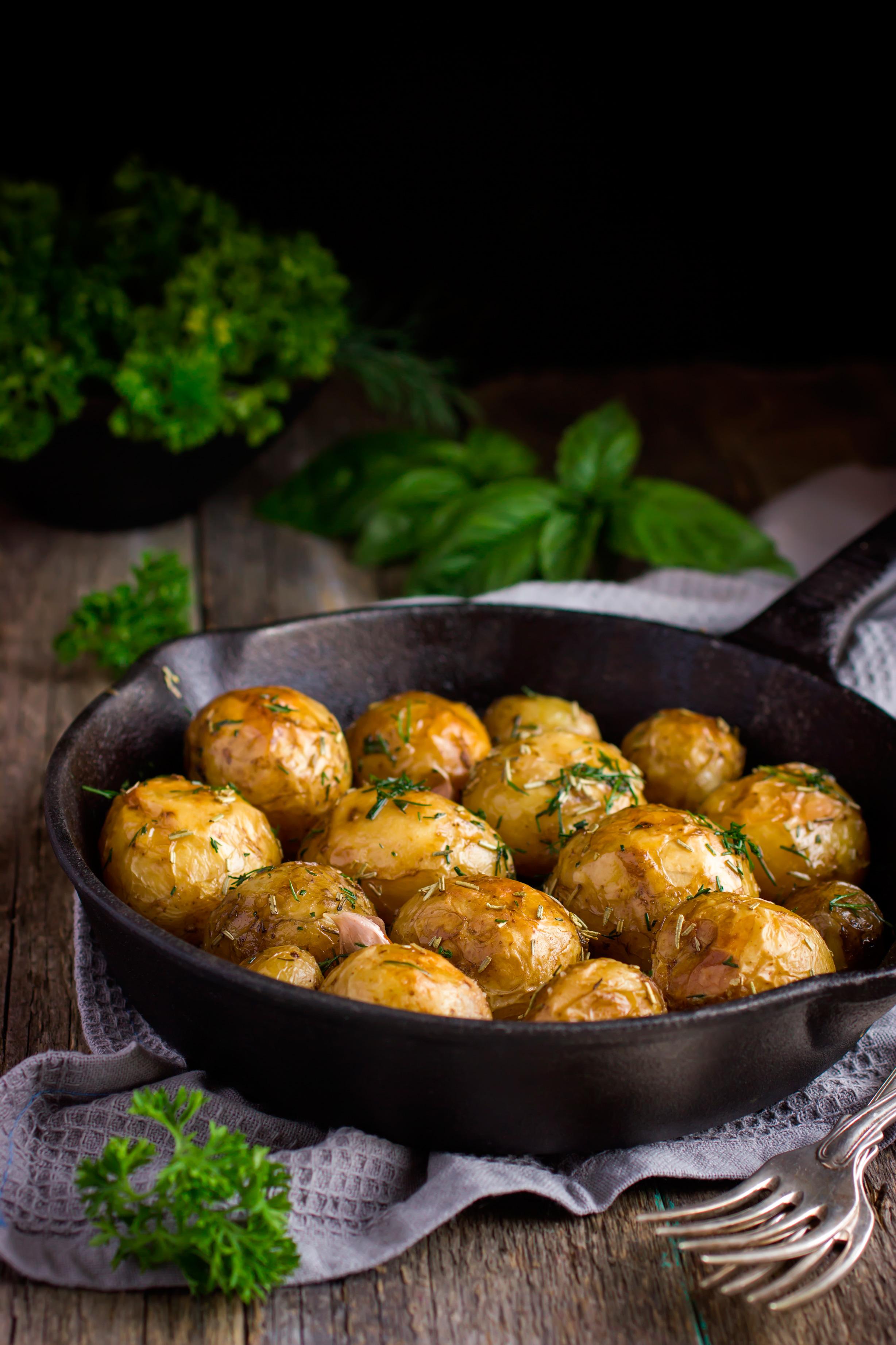 Обжаренный мини-картофель с чесноком