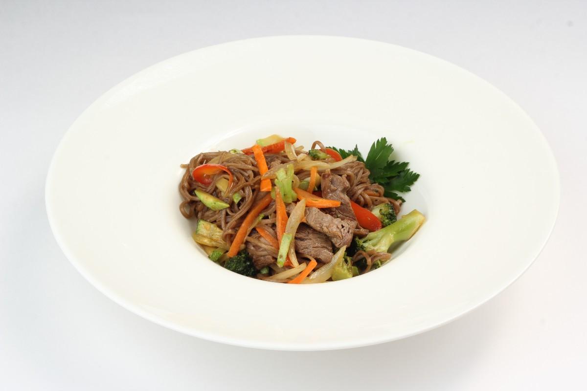 Полезная гречневая лапша с говядиной и овощами