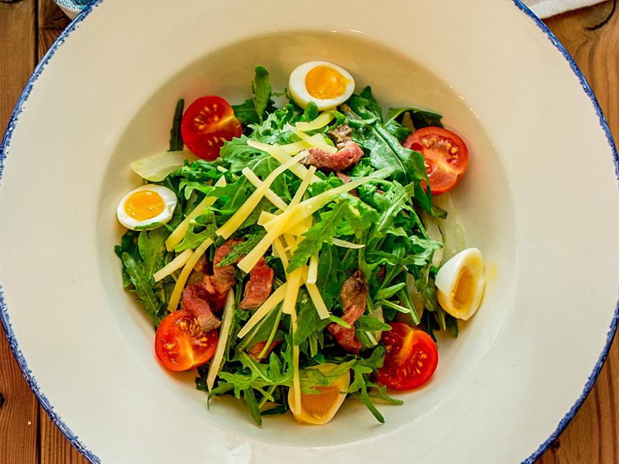 Салат с ростбифом, рукколой и сельдереем