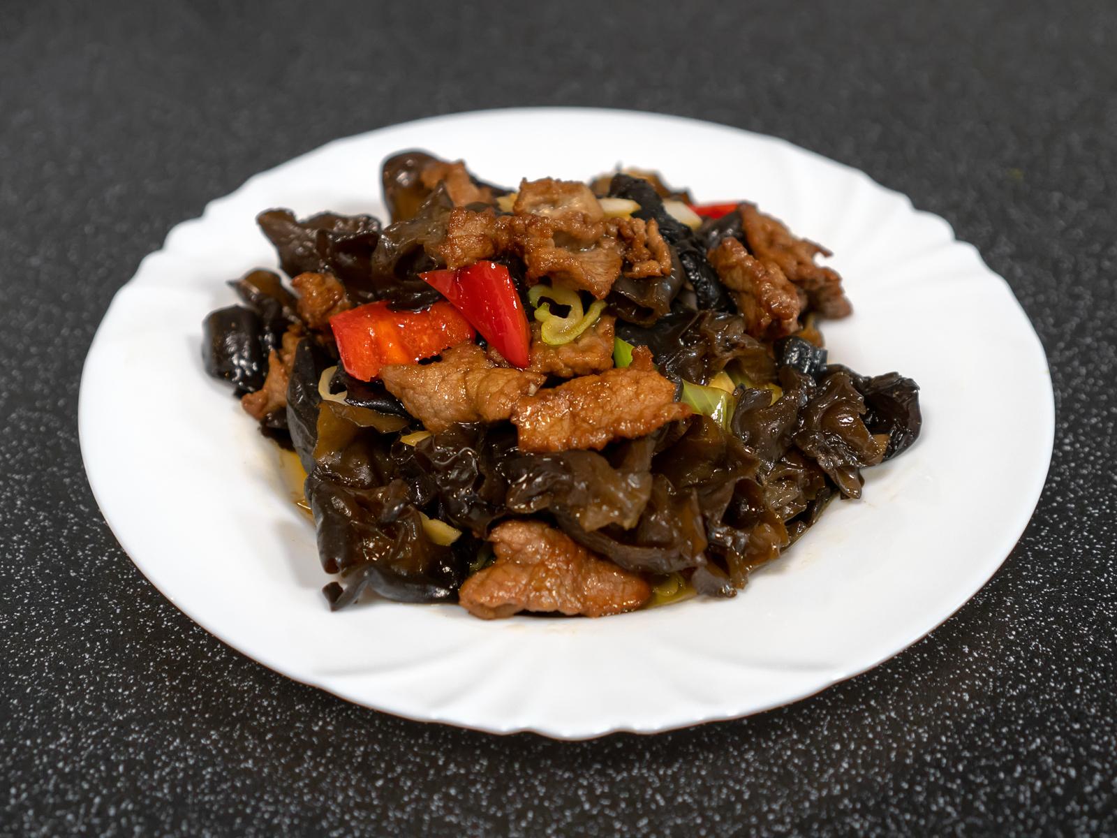 Жареная говядина с черными грибами муэр