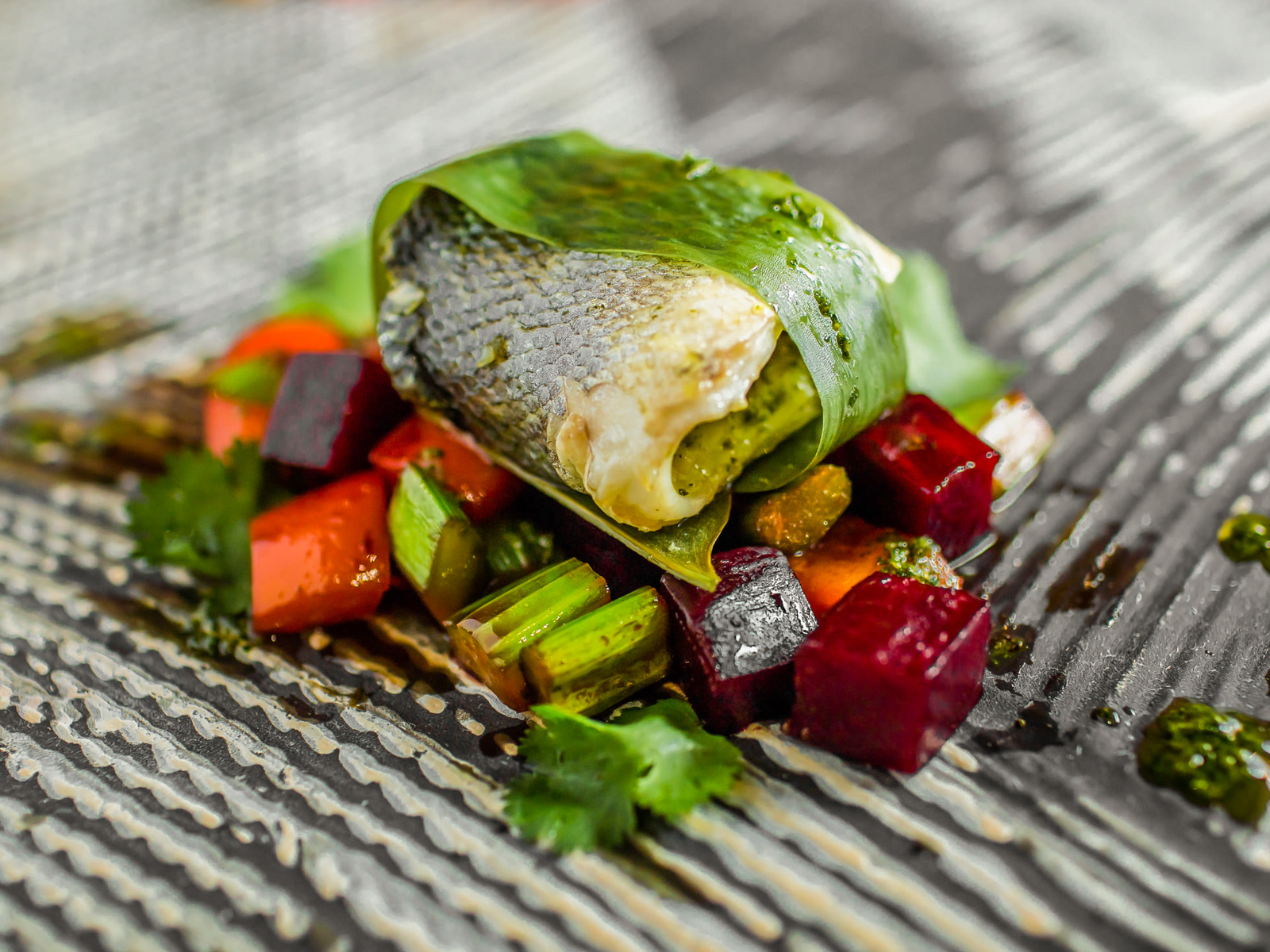 Сибас с овощами и соусом песто