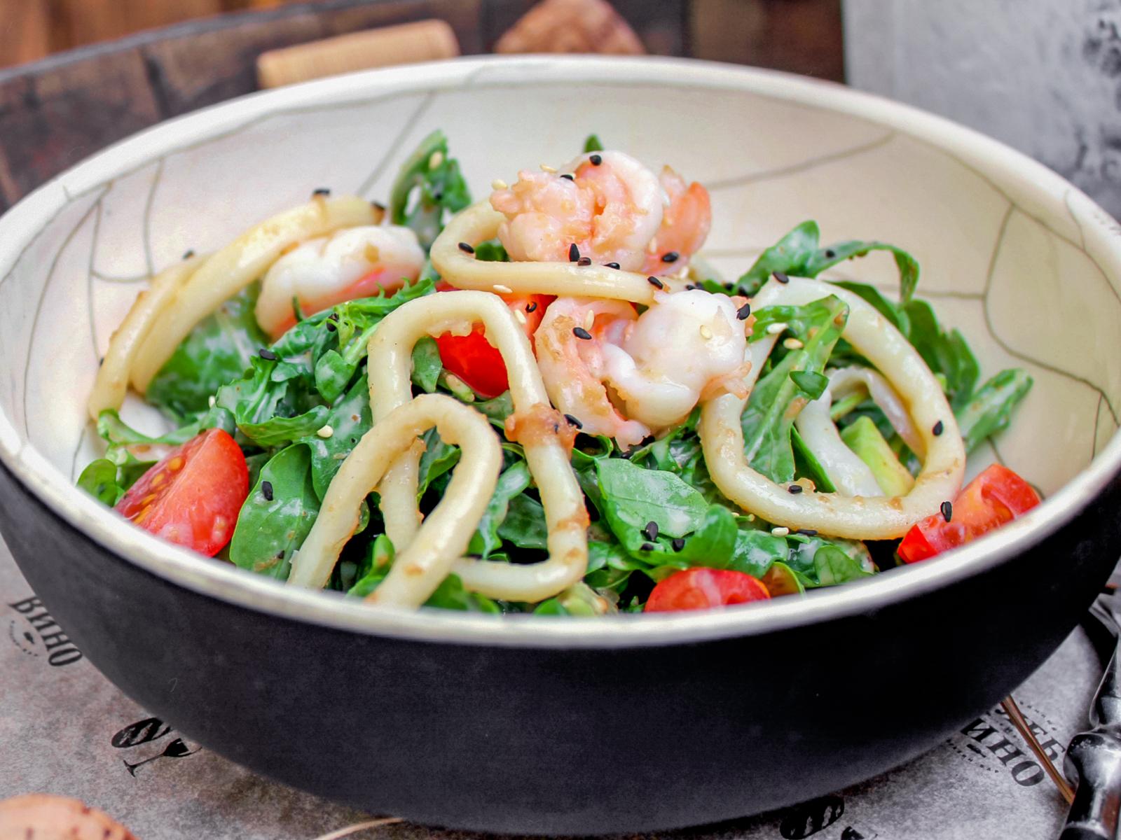 Салат с морепродуктами и ореховым соусом