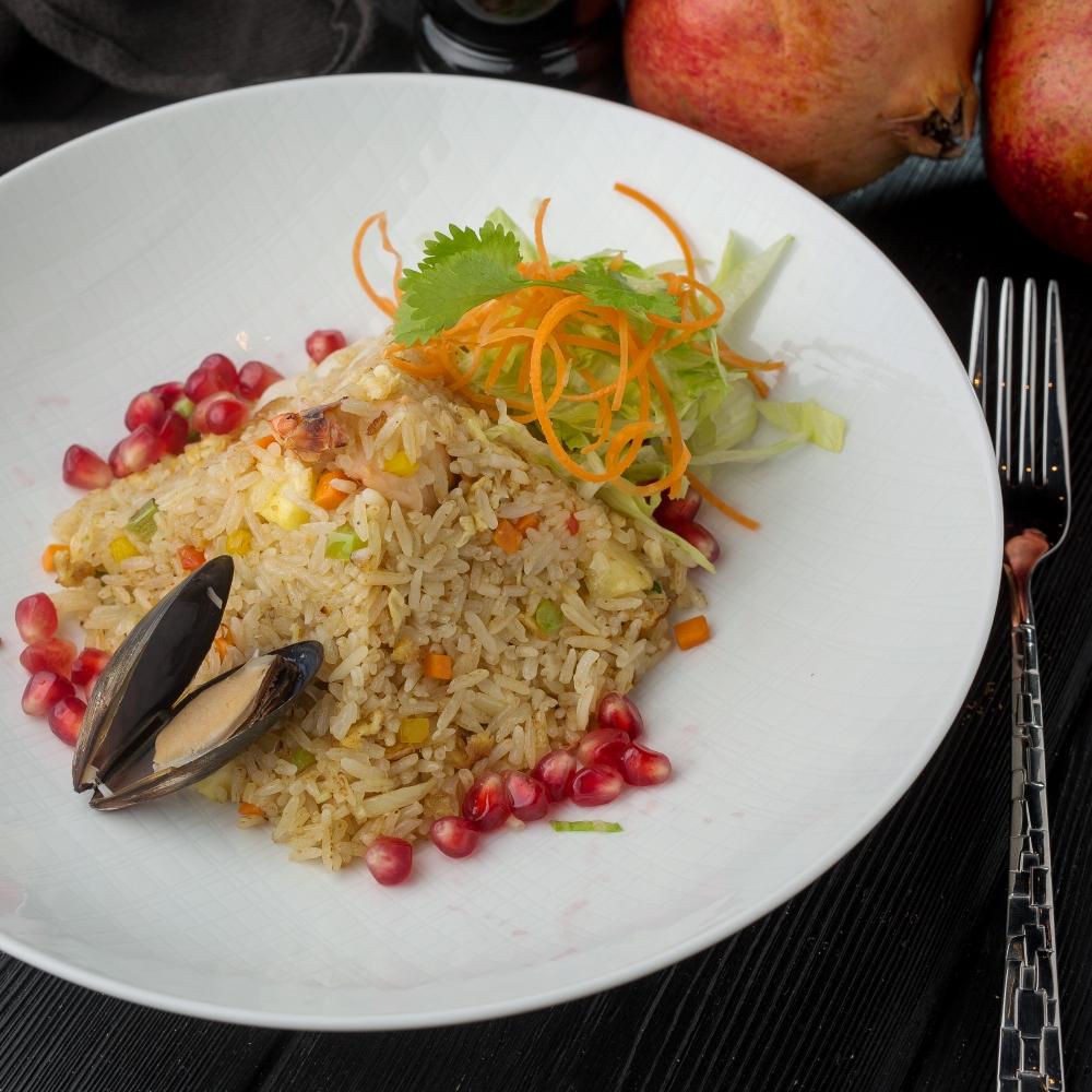 Тайский рис с морепродуктами и ананасом