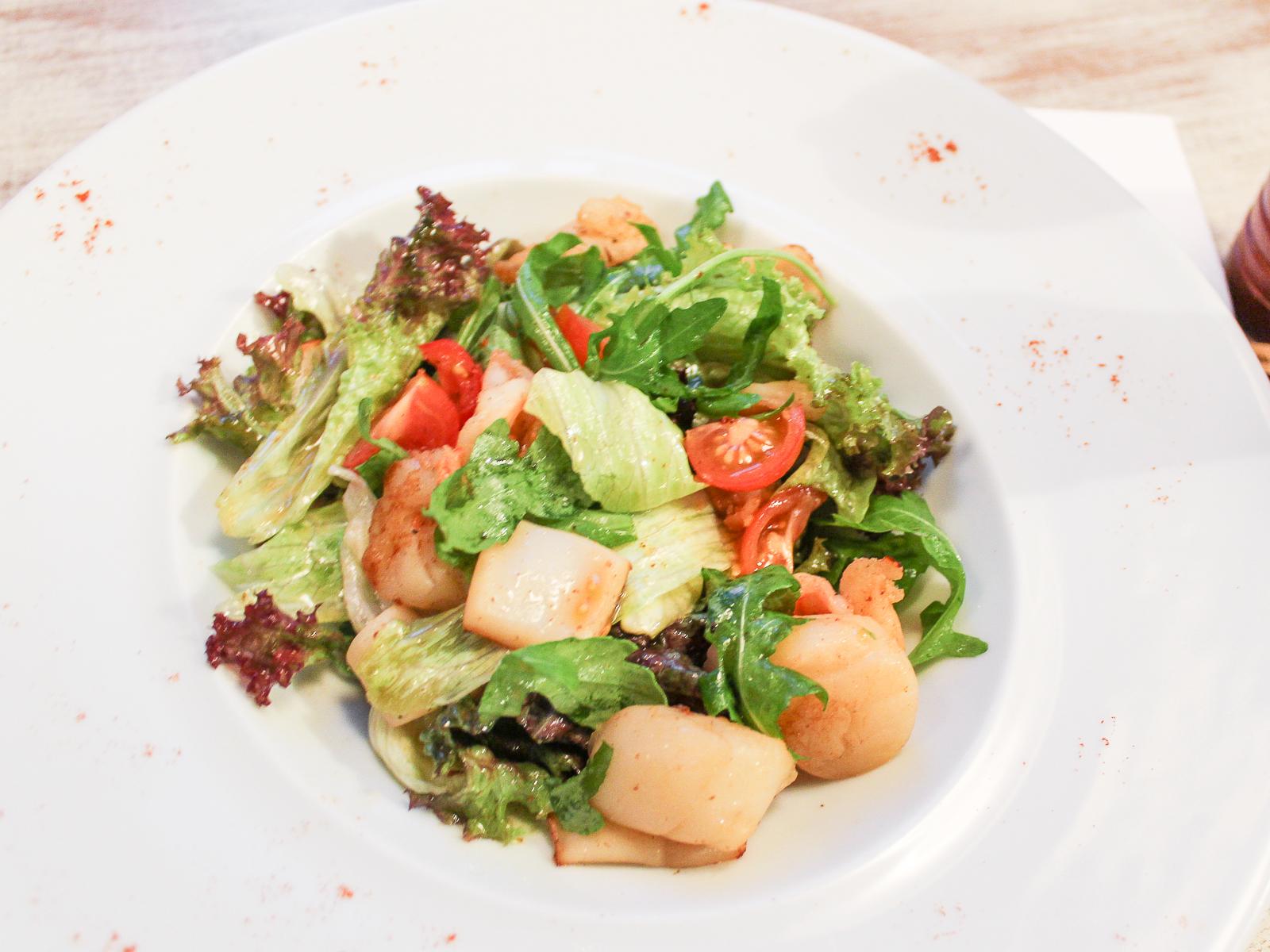 Теплый салат из морепродуктов