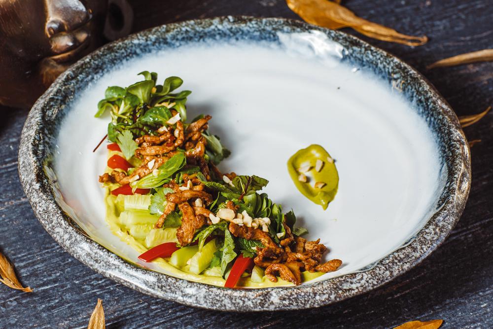 Салат из цыпленка тандури, хрустящим огурцом и зеленью