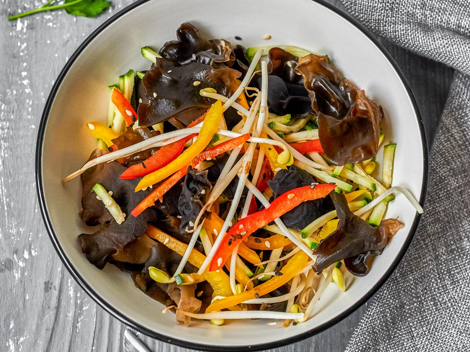 Салат с  грибами муэр