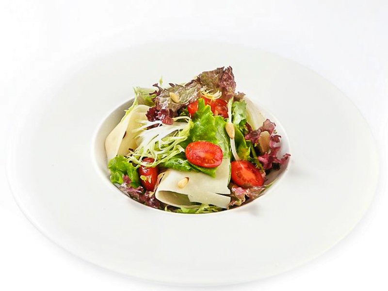 Салат зеленый с кедровыми орешками