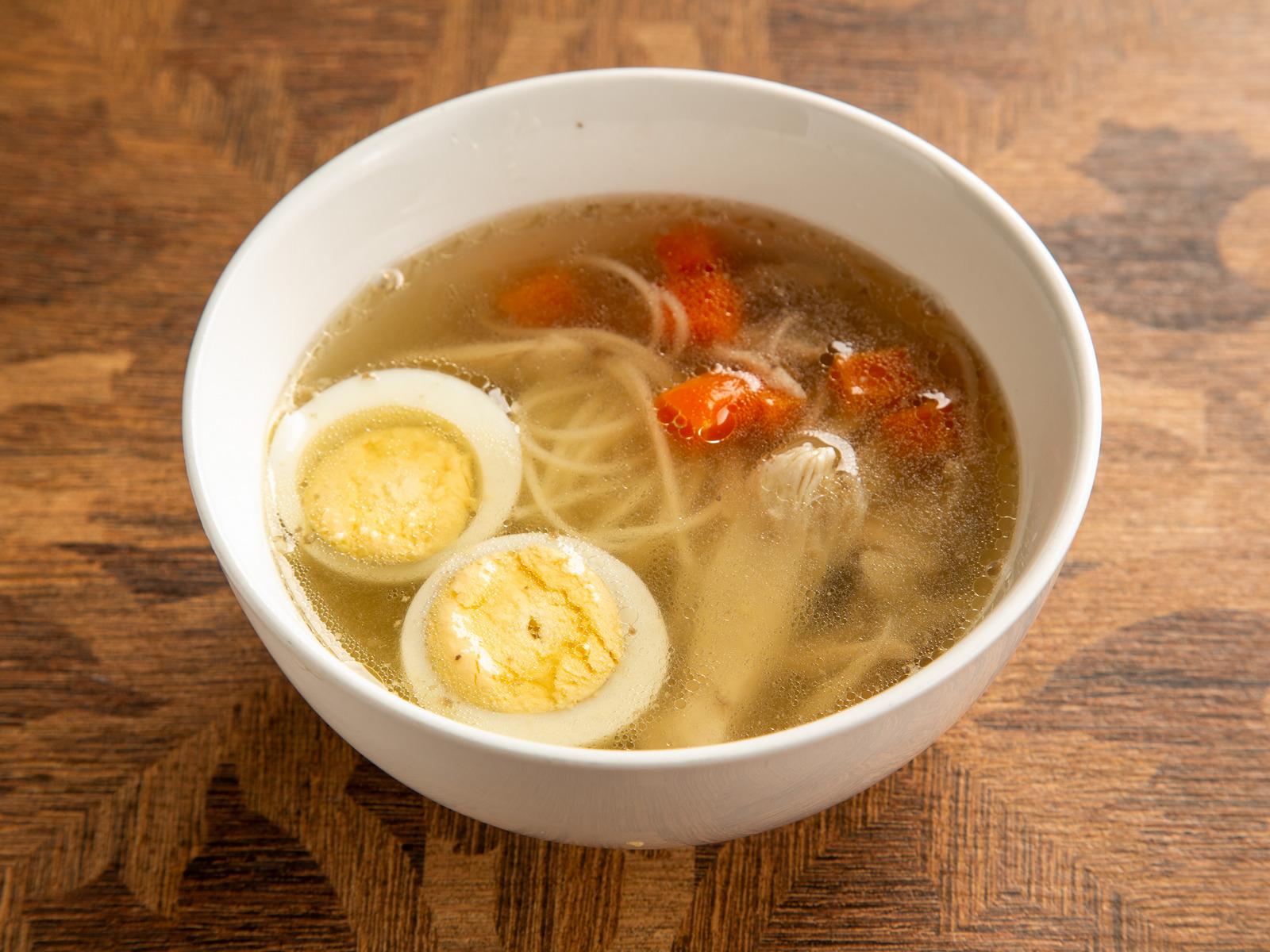 Суп куриный бульон с яйцом и лапшой