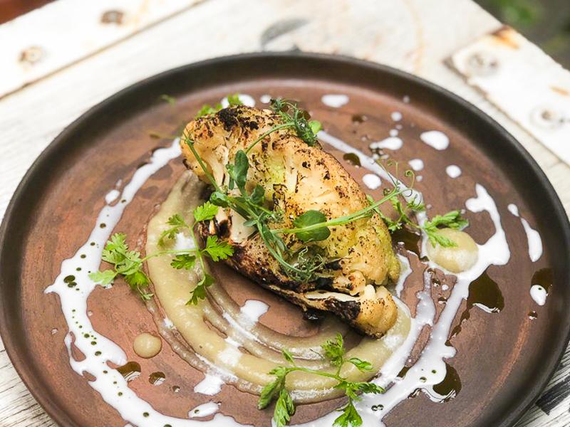 Стейк из цветной капусты с миндальным соусом