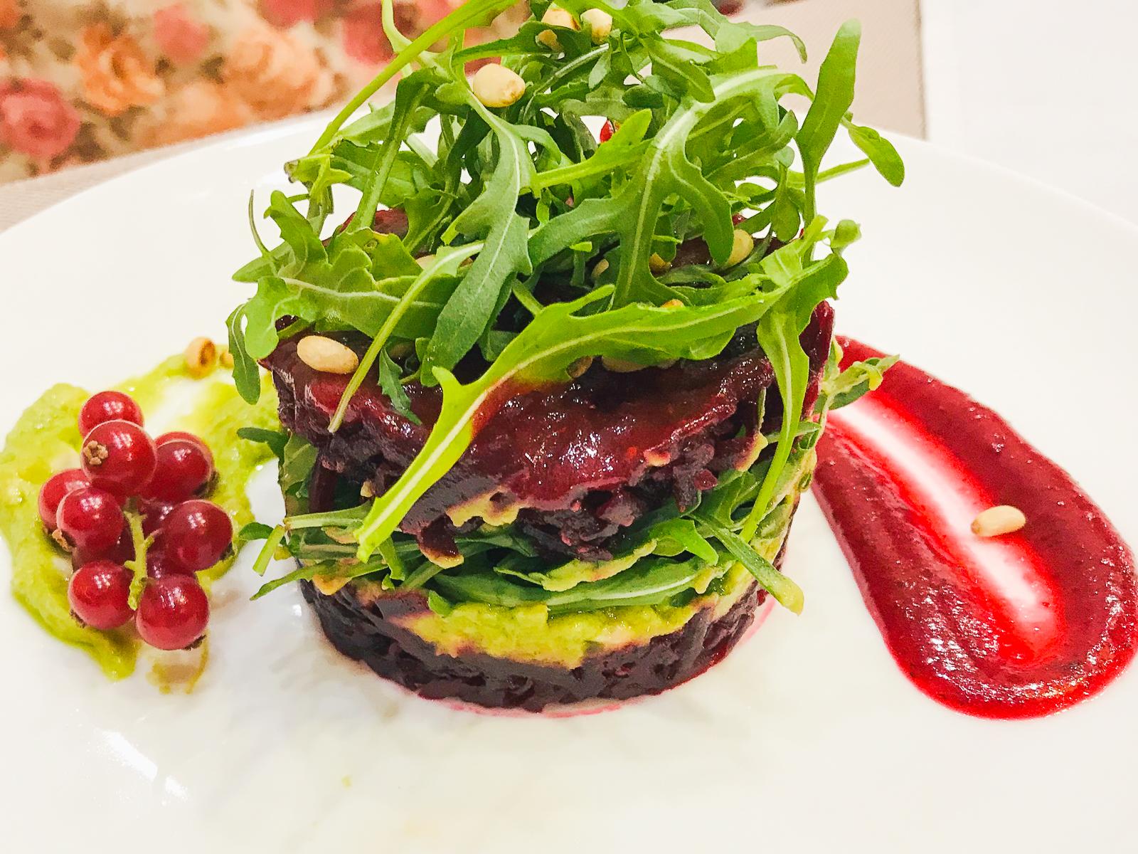 Салат из печеной свеклы с соусом Гуакамоле