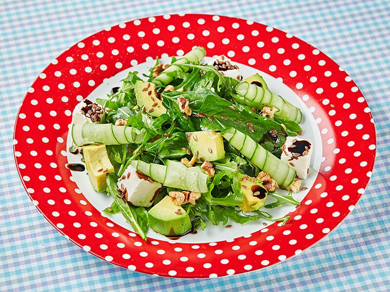 Салат со шпинатом, авокадо и сыром фета