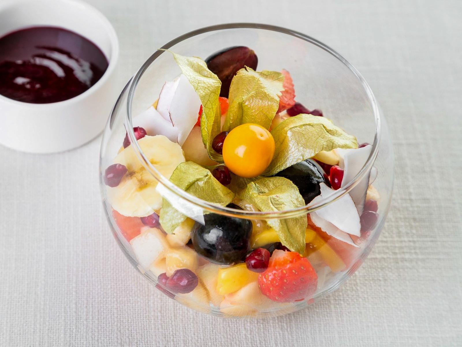 Салат из Десяти фруктов с земляничным сиропом