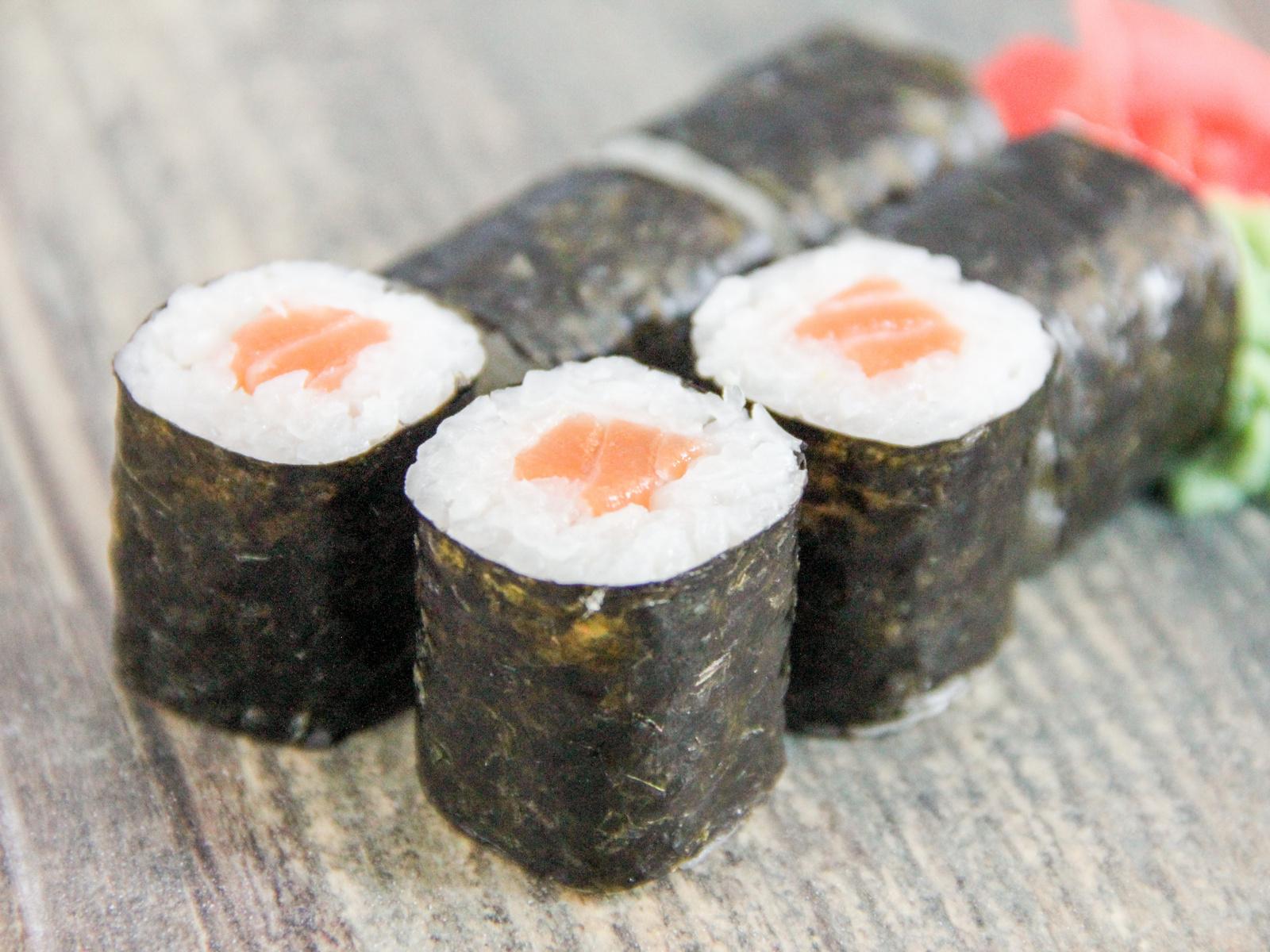Тонкий ролл с копченым лососем