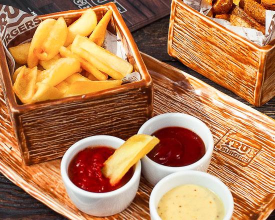 Картофель фри с томатной сальсой