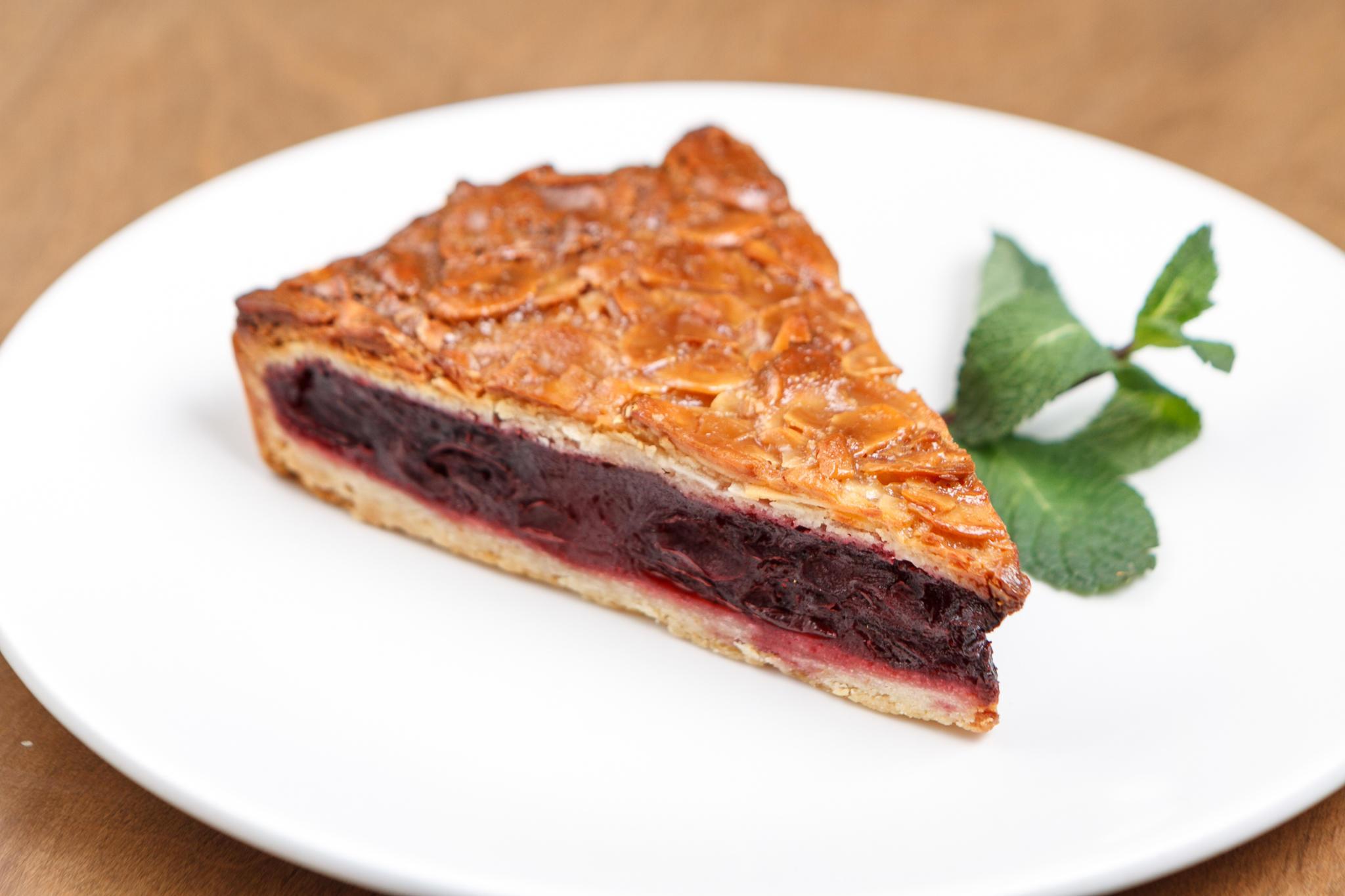 Вишнёвый пирог с миндальной корочкой