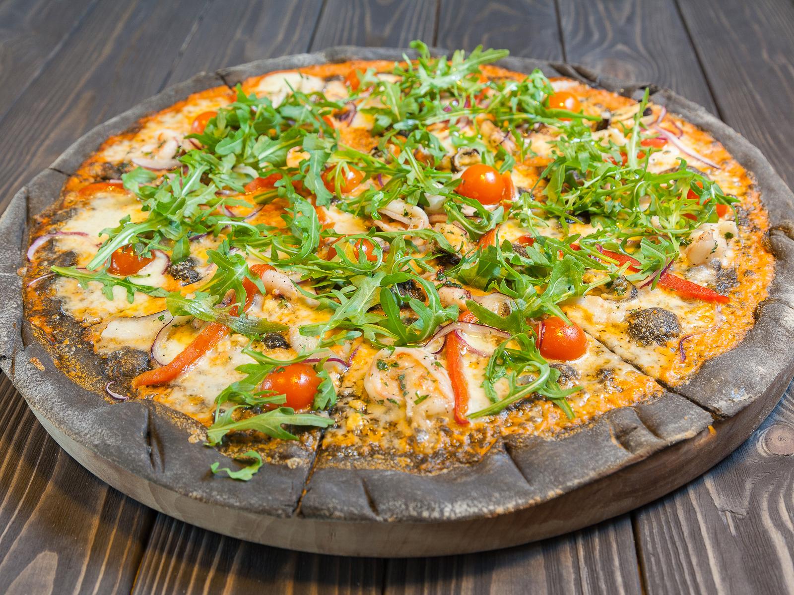Пицца с морепродуктами, моцареллой и томатами