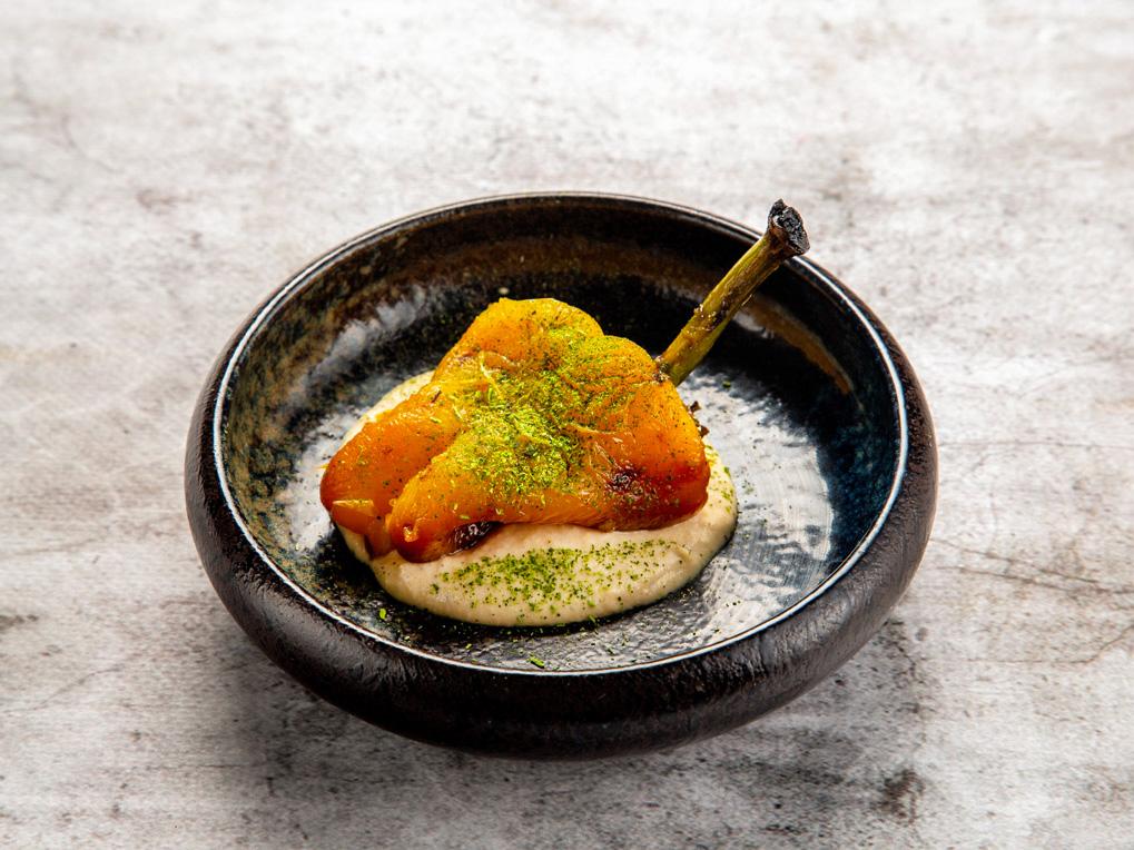 Паприка на углях с кремом из печеного лука
