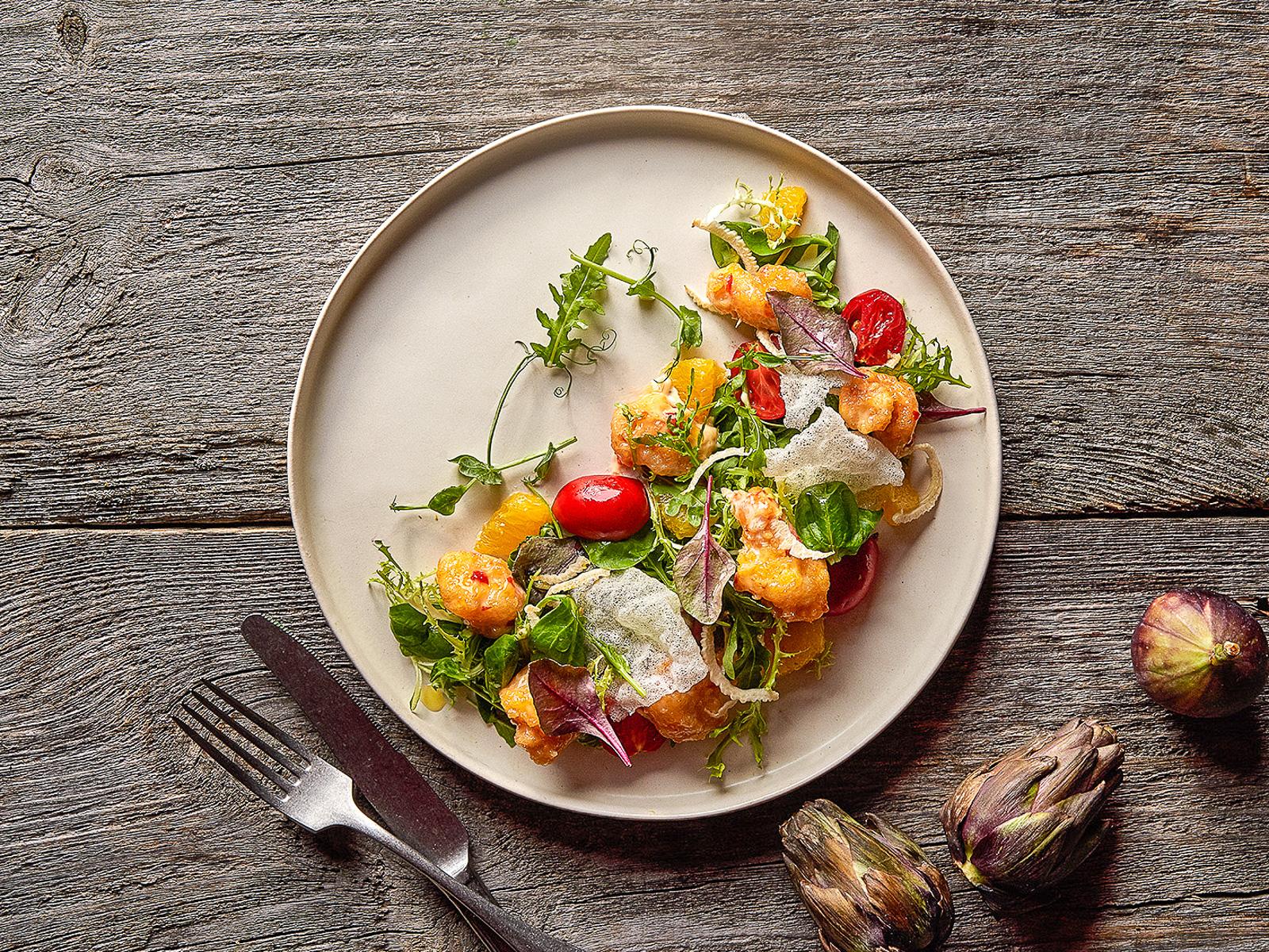 Салат с креветками темпура и фенхелем