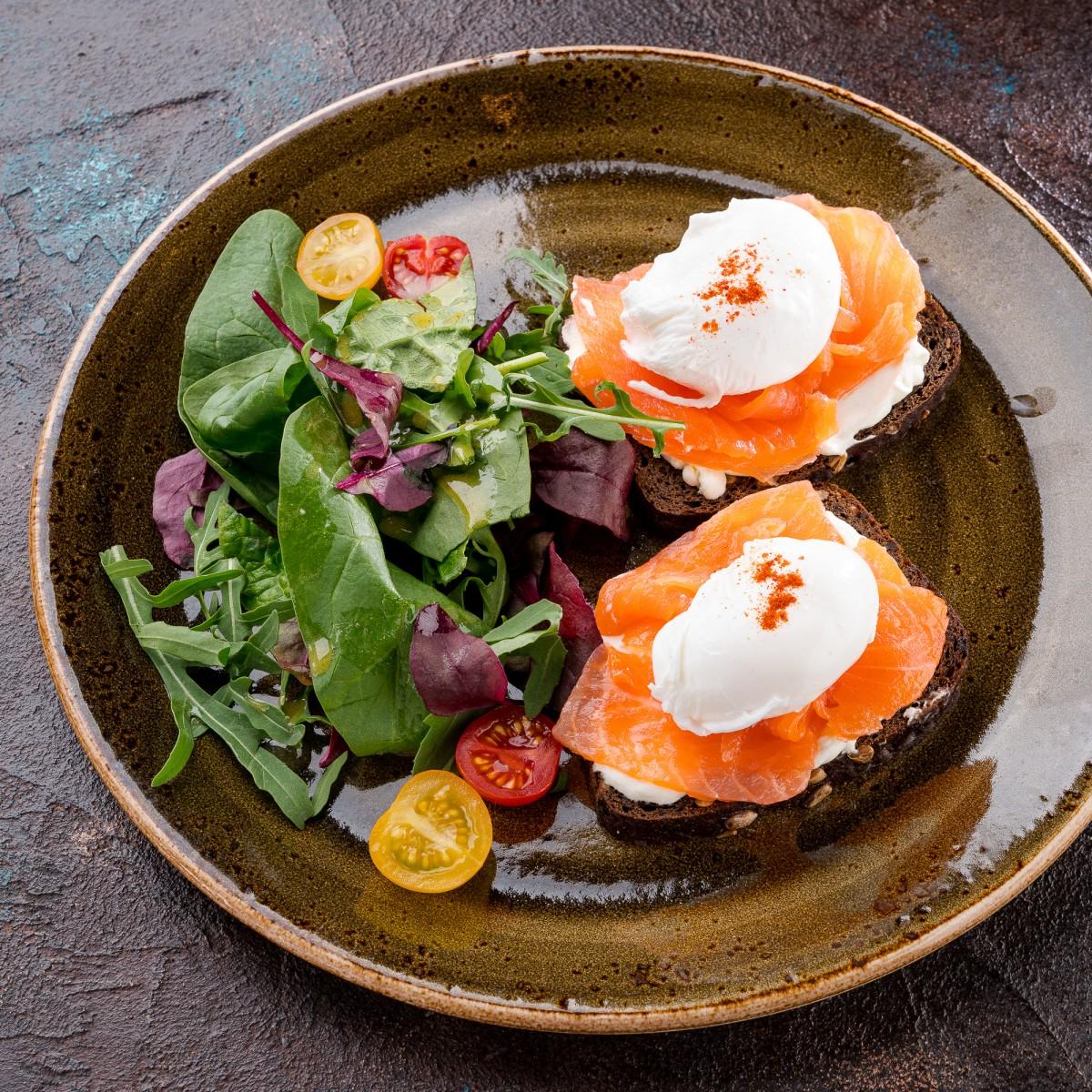 Яйца - пашот с лососем