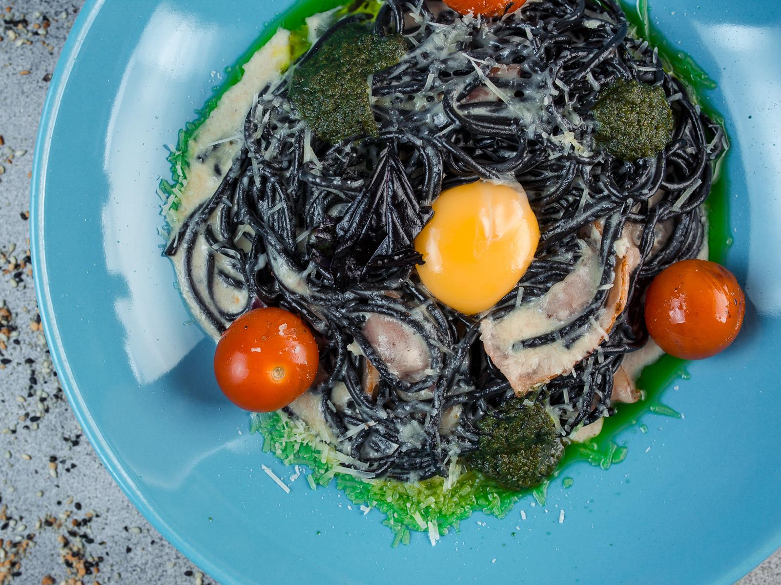 Спагетти черная карбонара