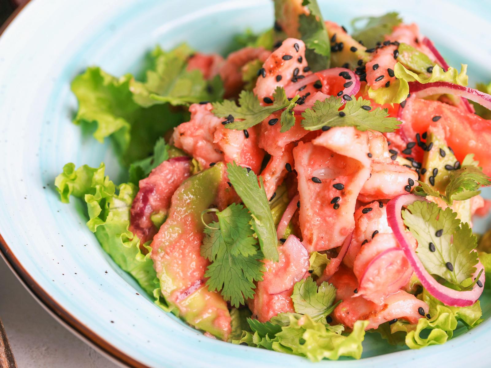 Теплый салат с креветками, кальмарами и авокадо