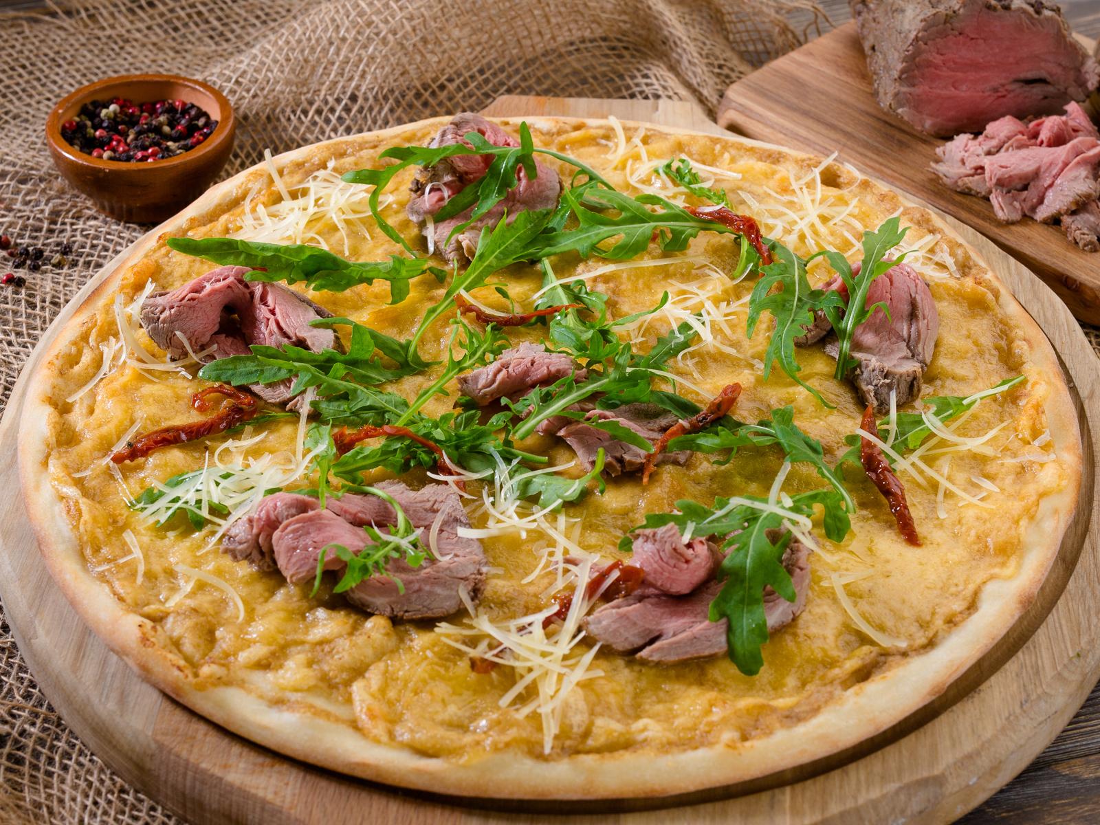 Пицца с ростбифом, вялеными томатами и трюфельным соусом