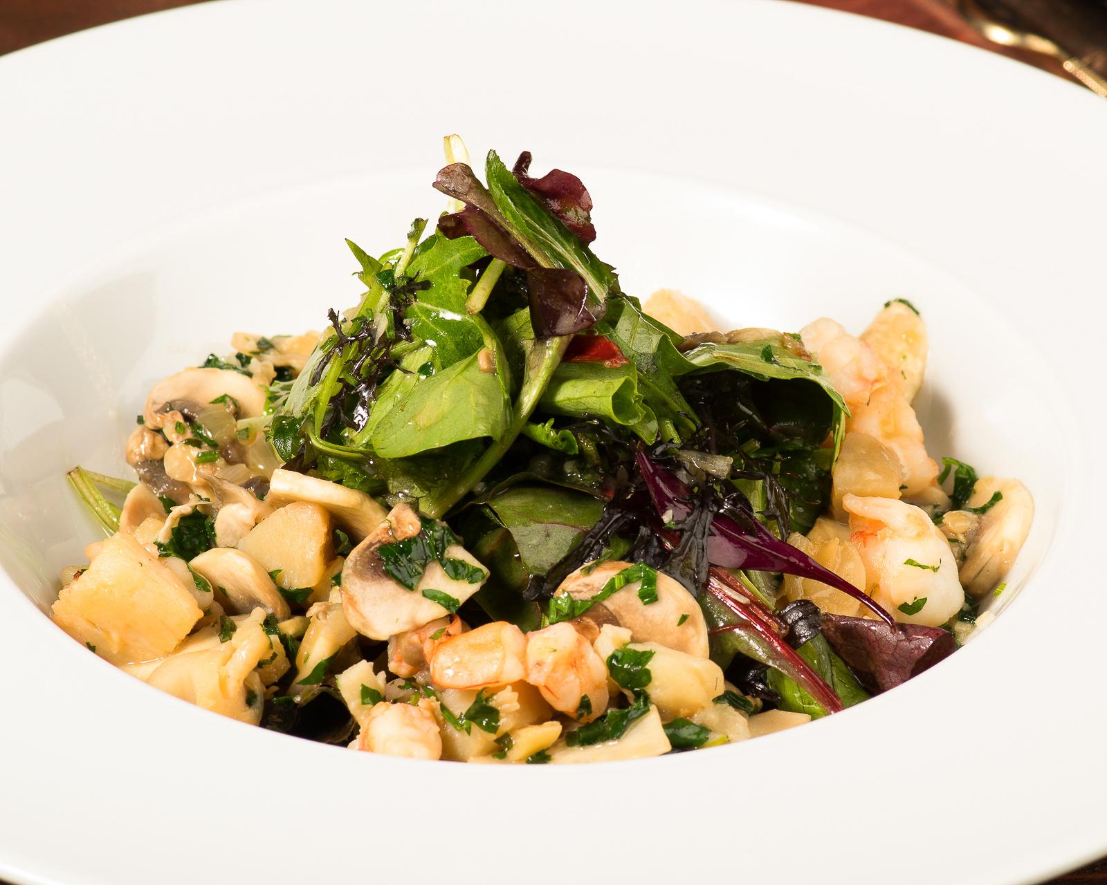 Теплый салат с гребешками и тигровыми креветками