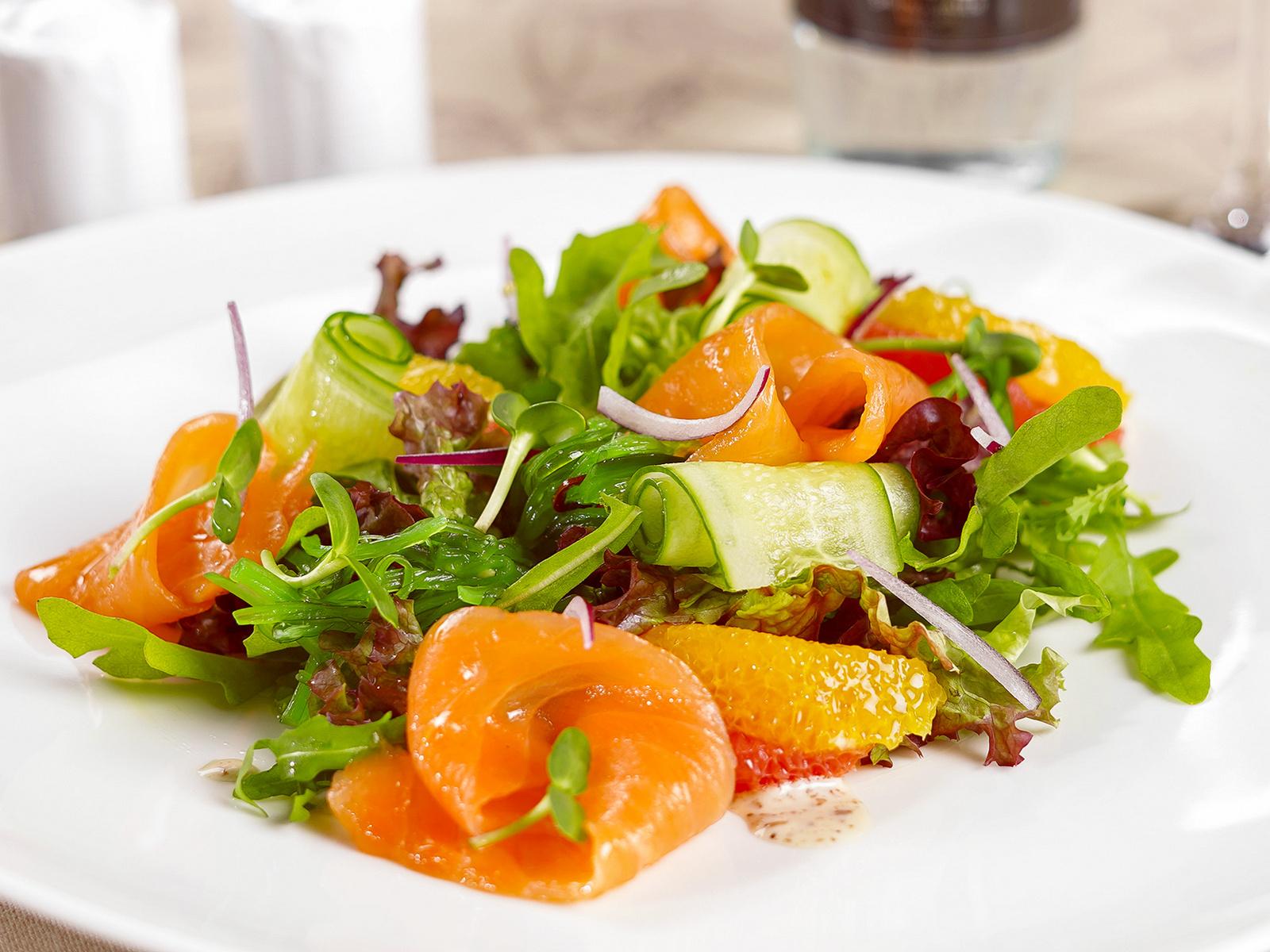 Салат с лососем и ореховым соусом