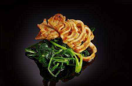 Кальмар на гриле со шпинатом, обжаренным на воке (250 гр)
