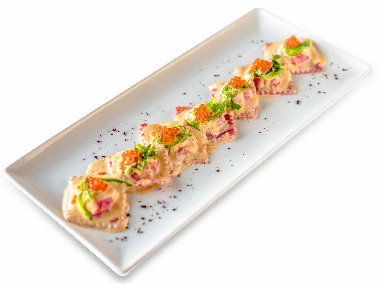 Равиоли с креветками и лососем в соусе том-ям