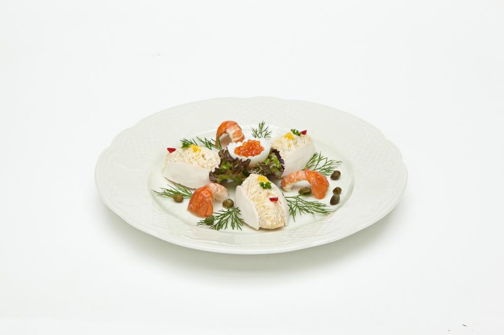 Оливье маленькими тартлетами съ лососевымъ жемчугомъ