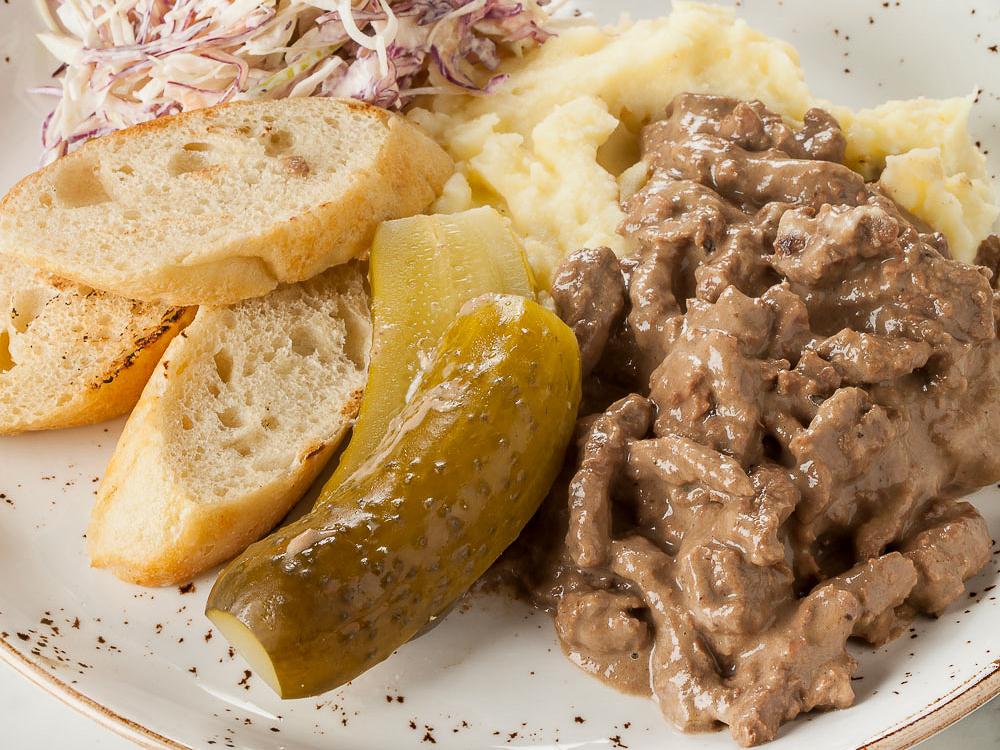 Бефстроганов с картофельным пюре и салатом коул слоу