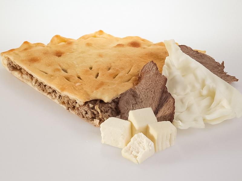 Пирог с говядиной, капустой и сыром