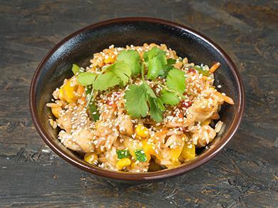Рис с курицей креветками и овощами