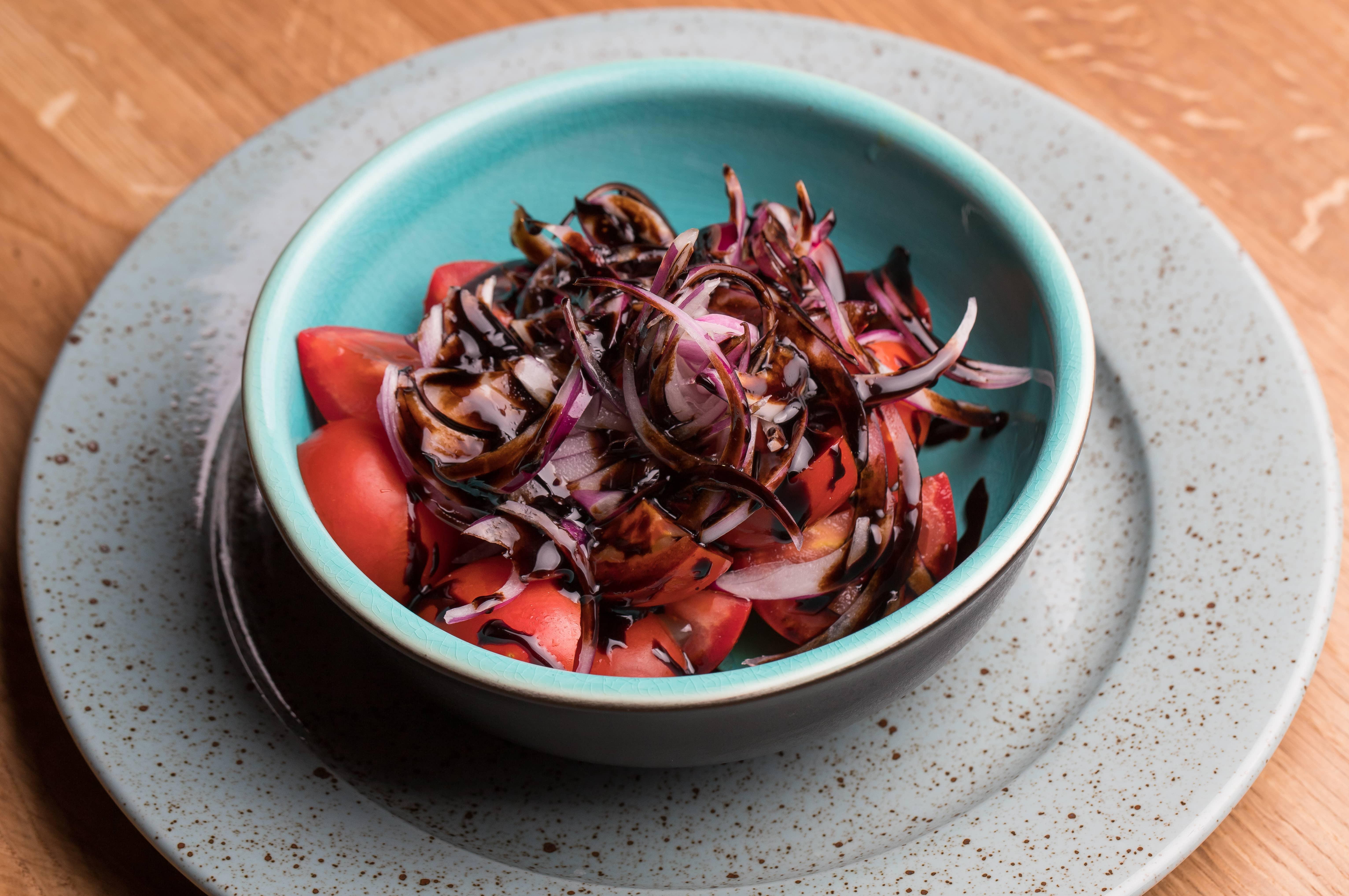 Салат из бакинских помидоров и красного лука