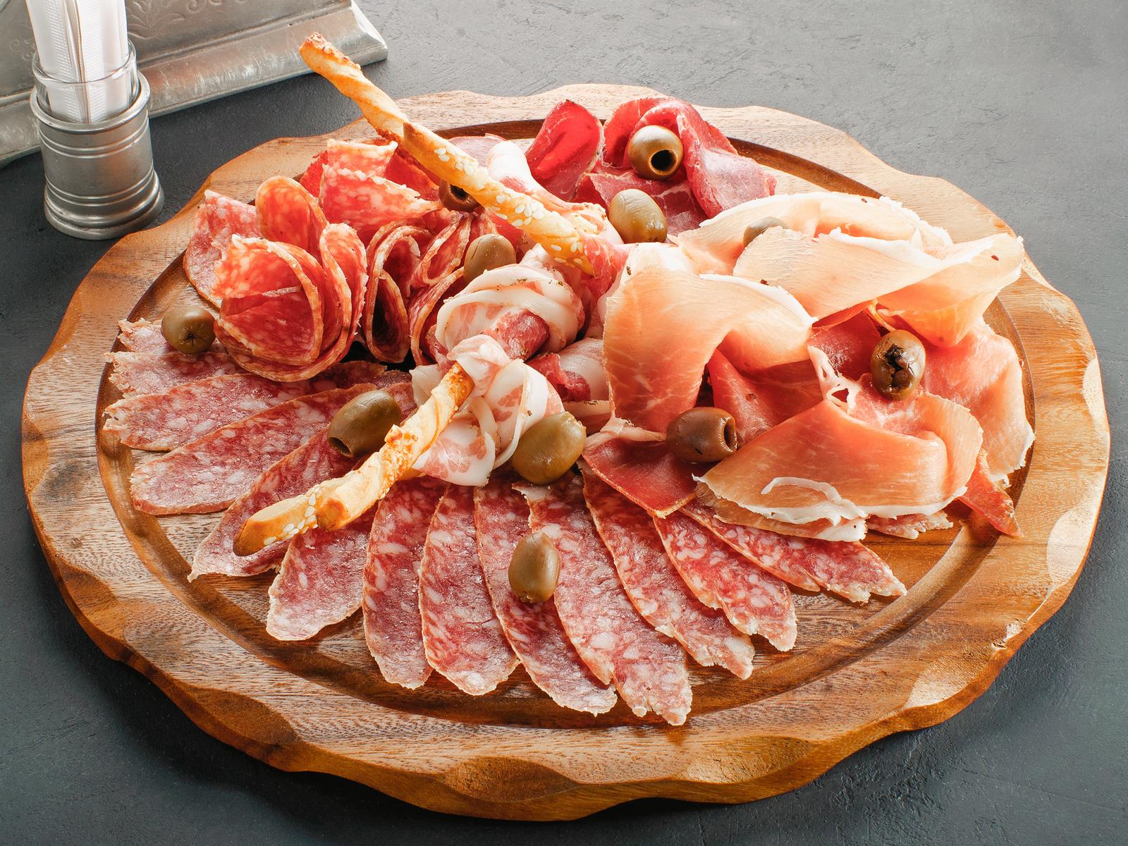 Ассорти мясных итальянских деликатесов