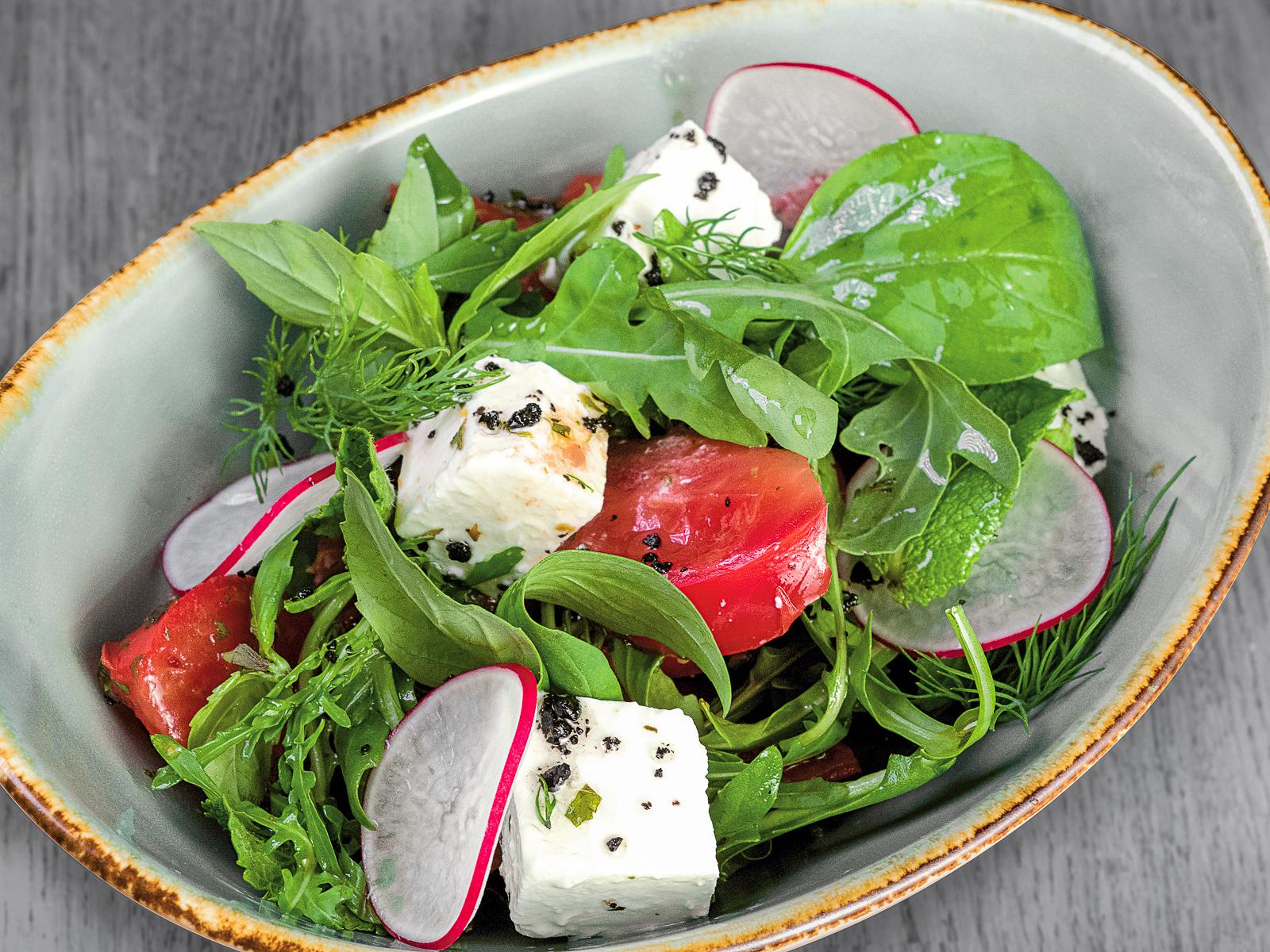 Салат с розовыми помидорами, брынзой и мятной заправкой