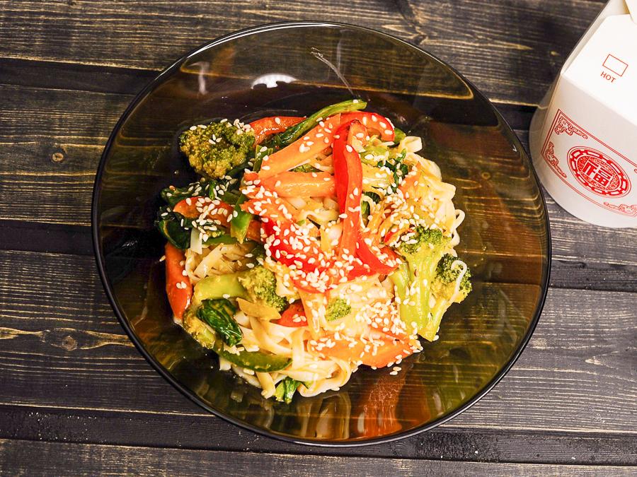 Вок с овощами, кокосом и чили