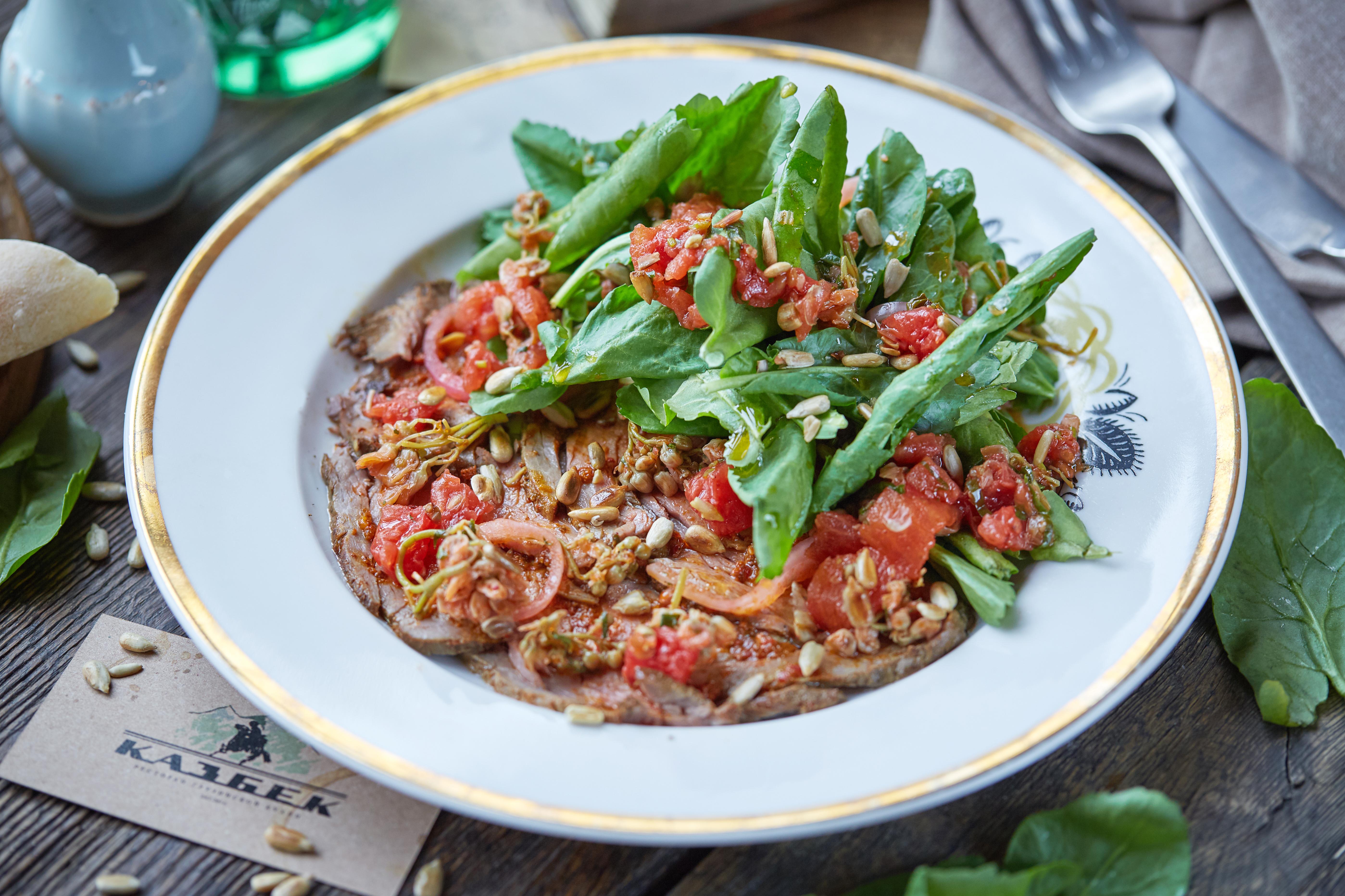 Салат с говядиной, джонджоли и солеными помидорами